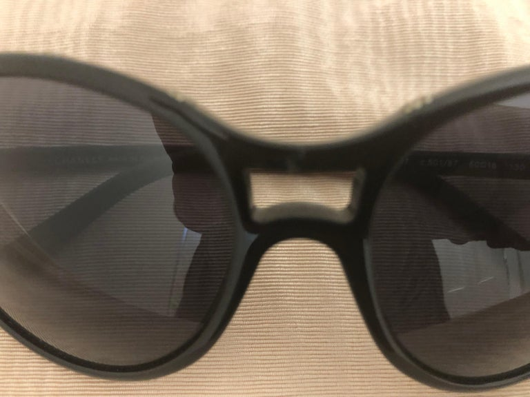 Chanel Black Round Sunglasses w/CC Raised Logo 5117 C.501/87. Case and Dust Bag For Sale 1