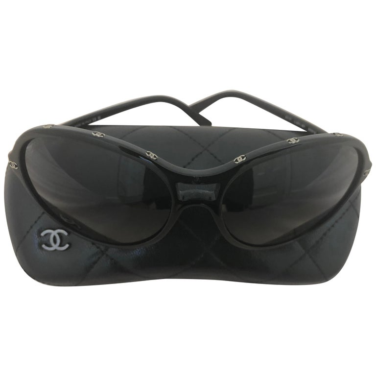 Chanel Black Round Sunglasses w/CC Raised Logo 5117 C.501/87. Case and Dust Bag For Sale