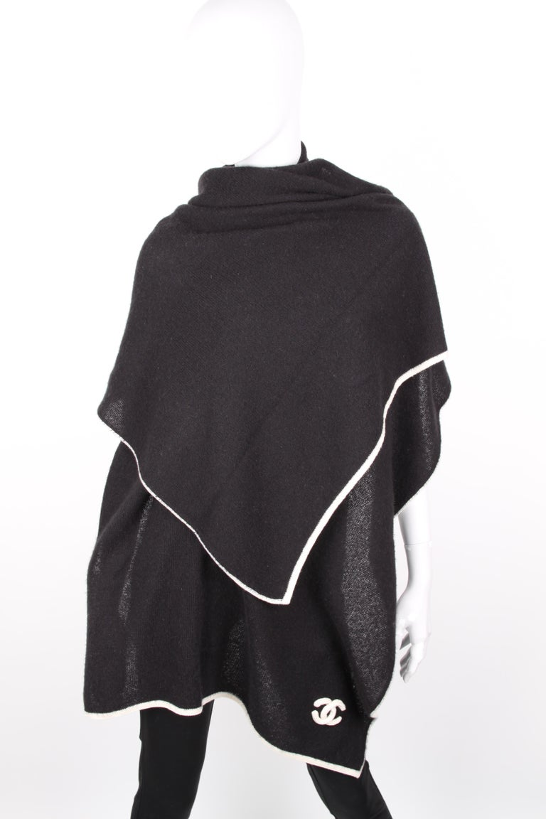 Chanel Black White CC Logo Cashmere Scarf XXL In Excellent Condition For Sale In Baarn, NL