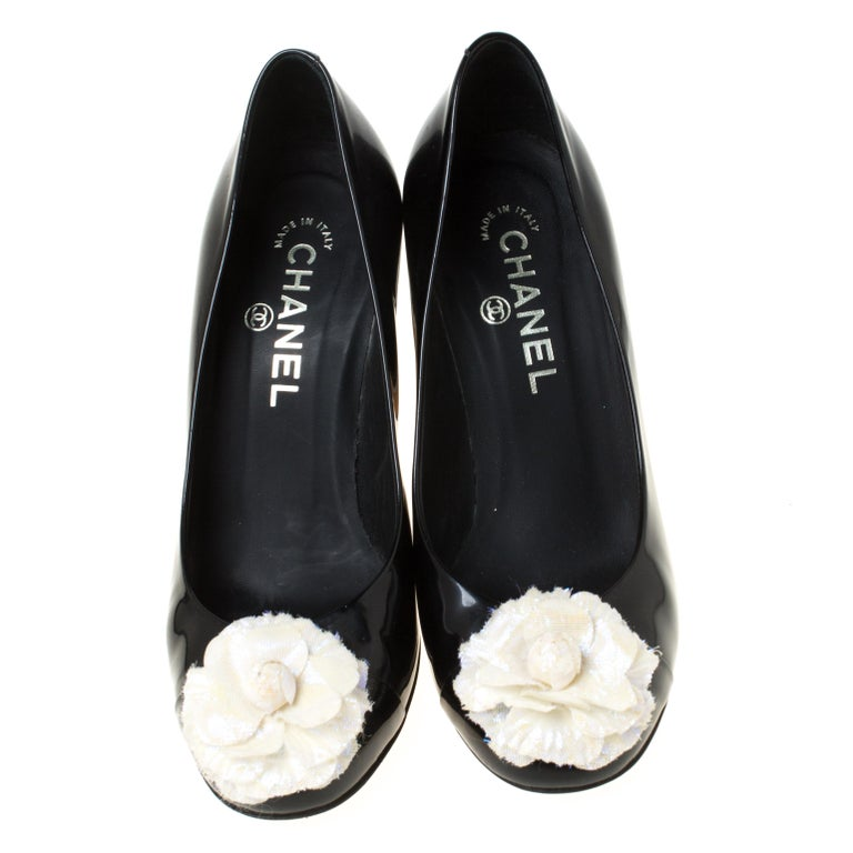We always love to see creations as elegant as these pumps from Chanel. They have been wonderfully designed using leather and are designed with Camellia on the cap toes. Complete with 9 cm heels, these pumps will bestow you with style and
