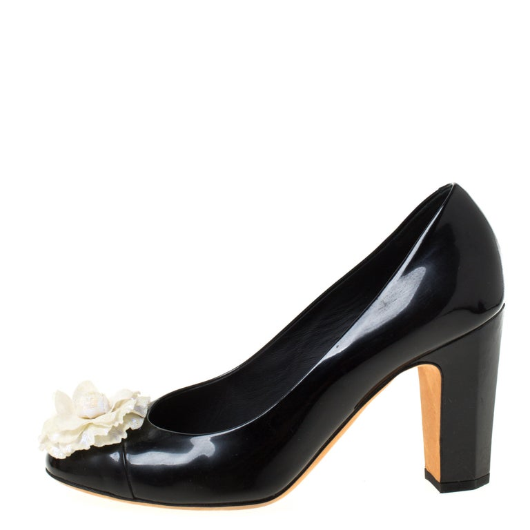 Chanel Black/White Leather Camellia Cap Toe Pumps Size 38 For Sale 3