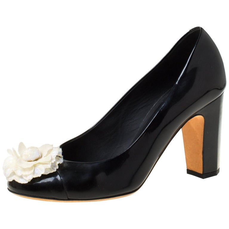 Chanel Black/White Leather Camellia Cap Toe Pumps Size 38 For Sale