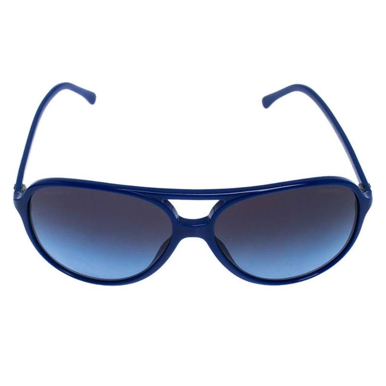 The aviator sunglasses by Chanel have a distinct look that makes them glamorous and stylish at the same time. Flaunting a smart design with blue acetate construction, these aviators are paired with blue gradient lenses to add a smart appeal and