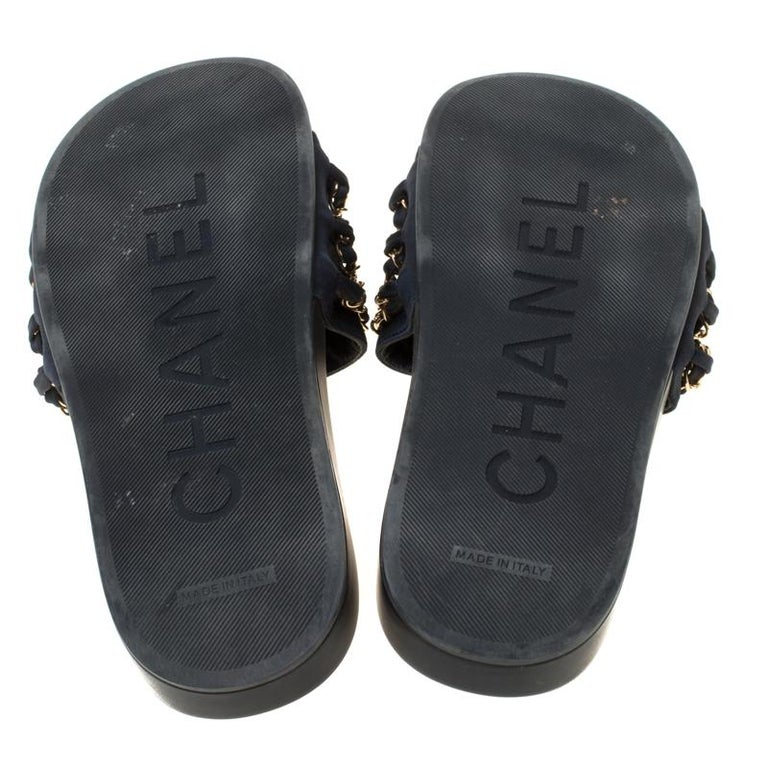 Chanel Blue Fabric Chain Detail Marine Slip On Slides Size 40 In Fair Condition In Dubai, Al Qouz 2