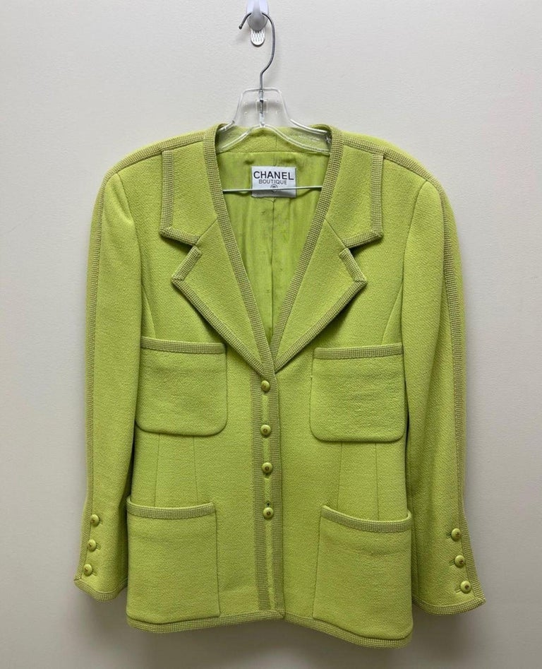 CHANEL BOUTIQUE Chartreuse Green Suit Signature Chanel For Sale 7