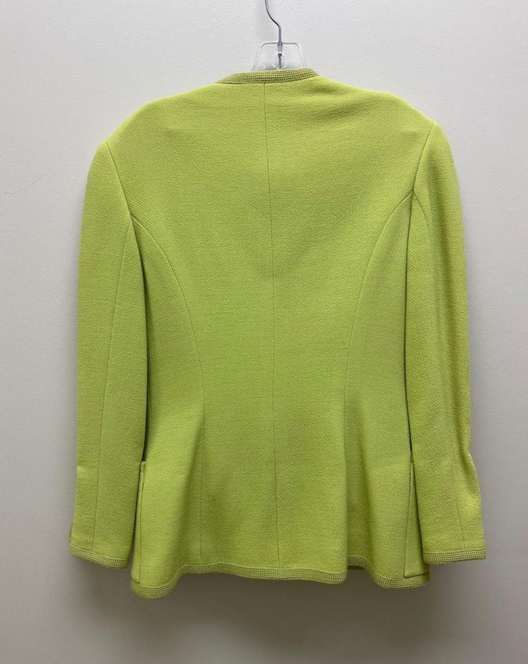 CHANEL BOUTIQUE Chartreuse Green Suit Signature Chanel For Sale 8