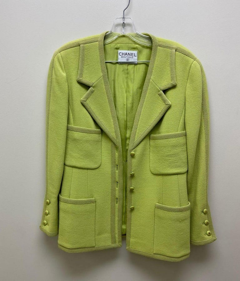 CHANEL BOUTIQUE Chartreuse Green Suit Signature Chanel For Sale 9
