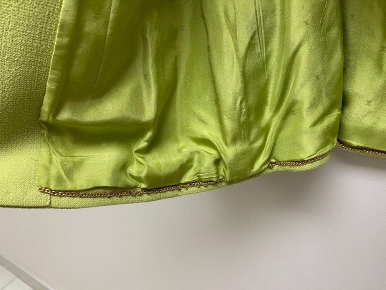 CHANEL BOUTIQUE Chartreuse Green Suit Signature Chanel For Sale 10