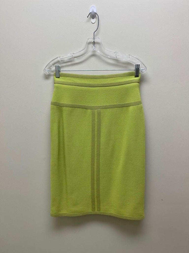 CHANEL BOUTIQUE Chartreuse Green Suit Signature Chanel For Sale 11