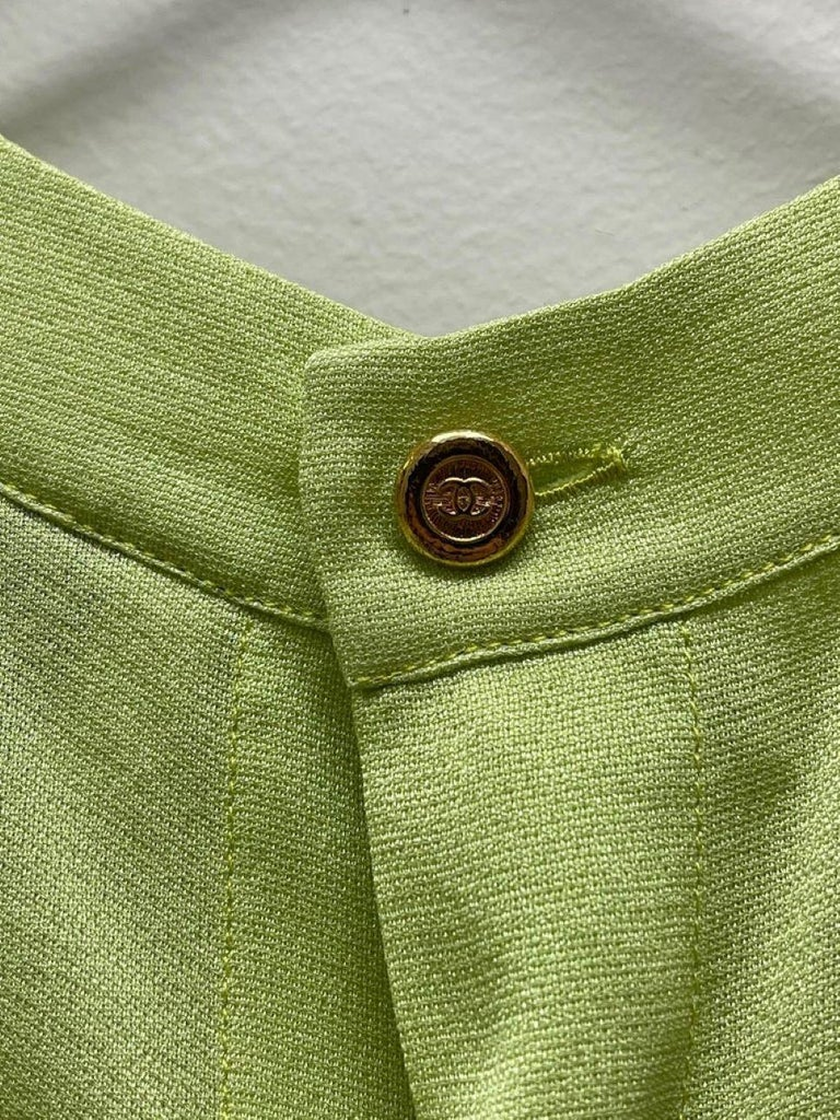 CHANEL BOUTIQUE Chartreuse Green Suit Signature Chanel For Sale 13
