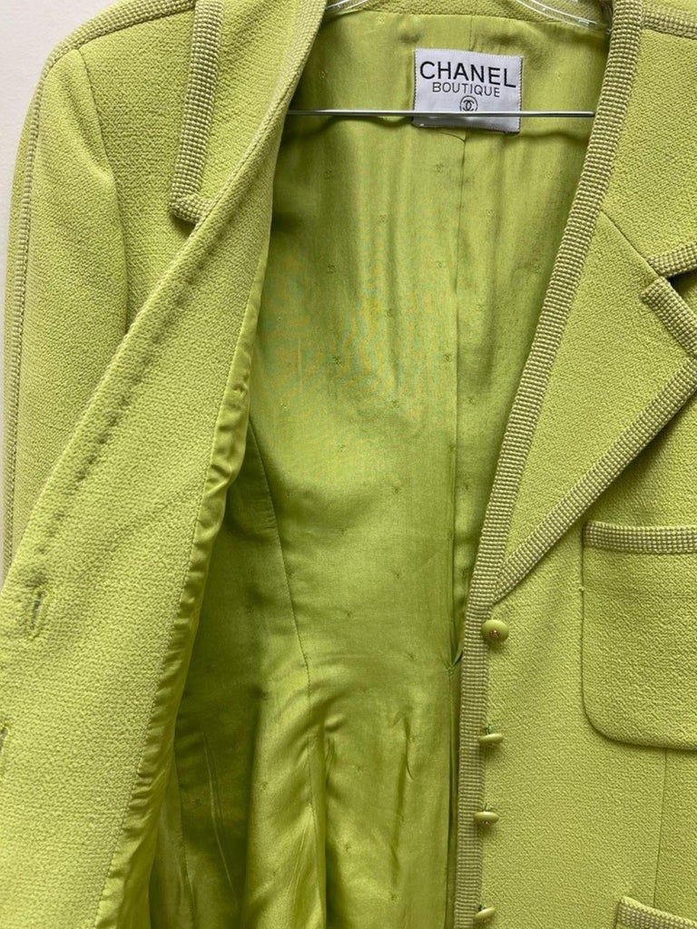 CHANEL BOUTIQUE Chartreuse Green Suit Signature Chanel For Sale 4