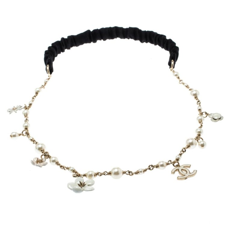 Chanel CC Camellia Charms Faux Pearl Gold Tone Headband In Good Condition For Sale In Dubai, Al Qouz 2
