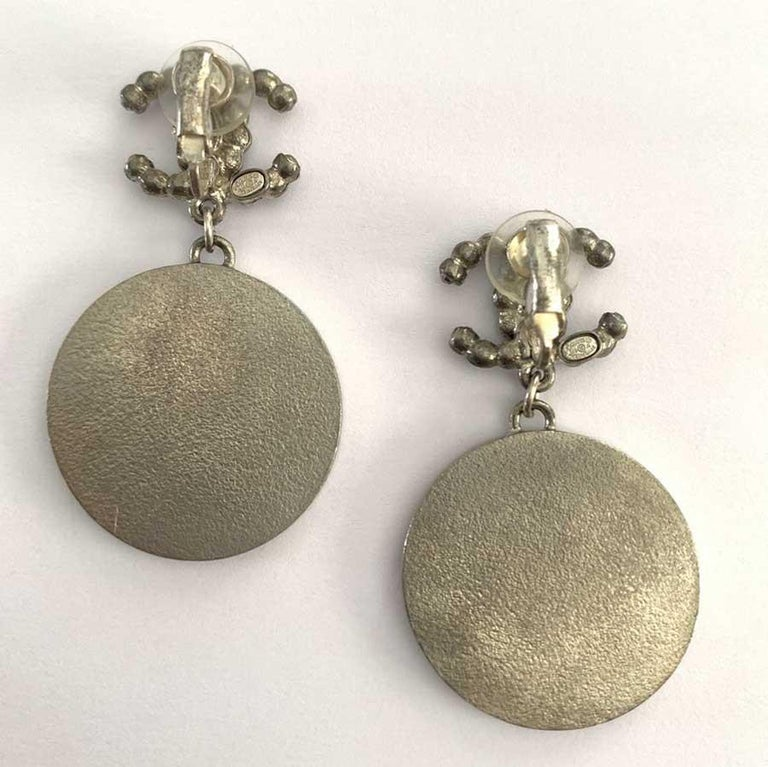 Chanel CC Logo Clip-On Enameled Pendant Earrings In Excellent Condition For Sale In Paris, FR