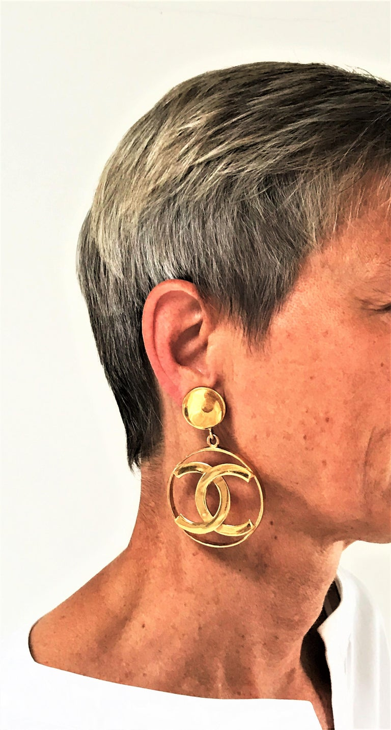 Iconic vintage Chanel Paris CC's gold plated large Logo hoop ear clips, signed CHANEL on the back.  Measurement: Full length 8 cm/3,15