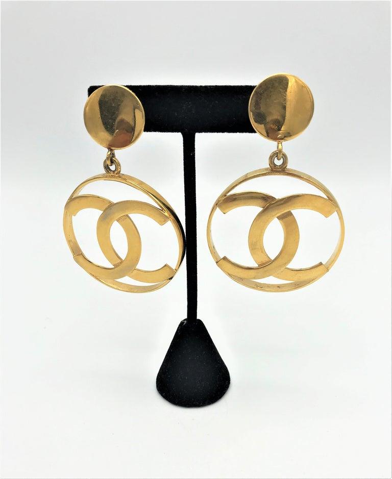Chanel CC Logos sunburst hoop dangle ear clips gold plated In Good Condition For Sale In Stuttgart, DE