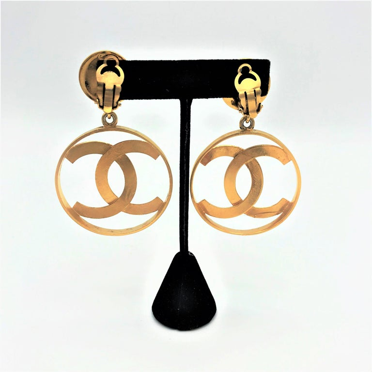 Women's Chanel CC Logos sunburst hoop dangle ear clips gold plated For Sale