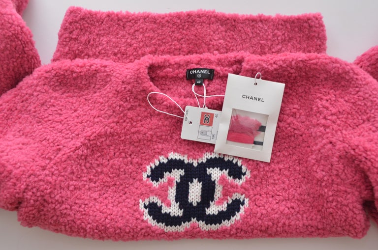 CHANEL CC Pink Teddy Sweater  Jumper  NEW   Size 40FR In New Condition For Sale In Hollywood, FL