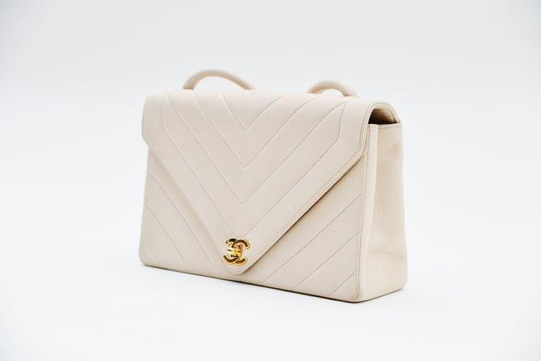 From the collection of Savineti we offer this Chanel Chevron Ivor: -Brand: Chanel -Model: Chevron -Year: 1994 -Code: 2038230 -Condition: good -Materials: Lambskin, Gold plated hardware  -       Length of the handle: 50cm -Authenticity