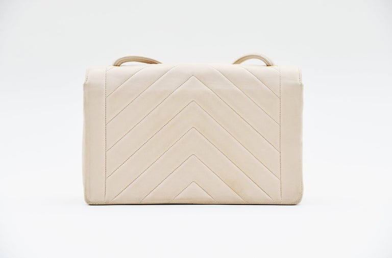 Chanel Chevron CC Ivory quilted shoulderbag Vintage In Good Condition For Sale In Roosendaal, NL