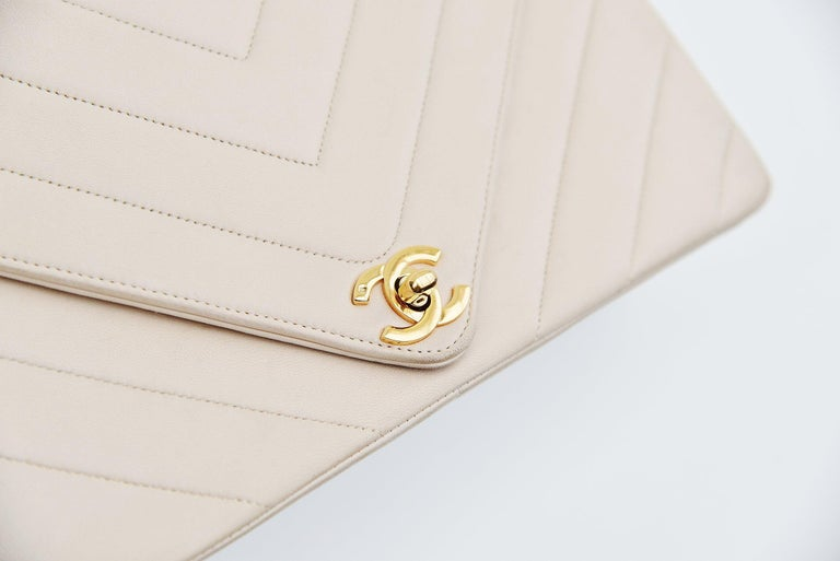 Women's Chanel Chevron CC Ivory quilted shoulderbag Vintage For Sale