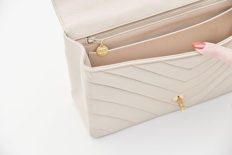 Chanel Chevron CC Ivory quilted shoulderbag Vintage For Sale 1