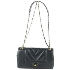 Chanel Chevron Quilted Lambskin Flap 13ce0110 Black Leather Cross Body Bag
