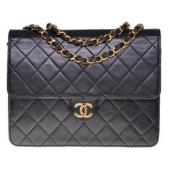 Chanel Classic 22cm shoulder bag in Black quilted lambskin and gold hardware