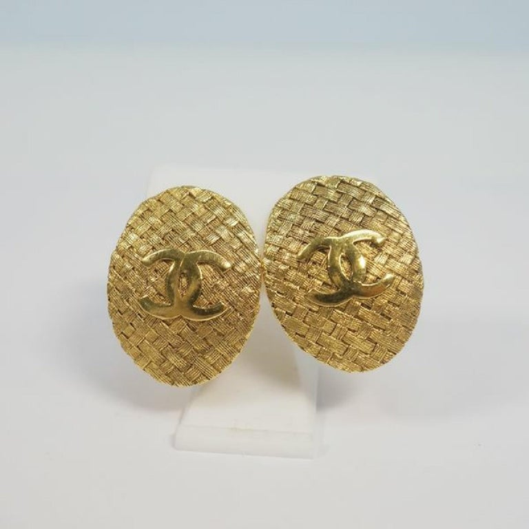 An authentic CHANEL coco mark circle oval GP Womens earrings gold The outside material is GP. This item is Contemporary. The year of manufacture would be 1986. Rank AB signs of wear (Small) Used goods in good condition with signs of wear according