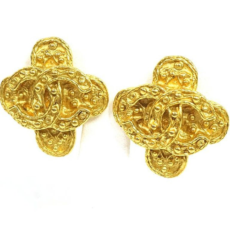 An authentic CHANEL coco mark Clover GP Womens earrings gold The outside material is GP. This item is Contemporary. The year of manufacture would be 1986. Rank AB signs of wear (Small) Used goods in good condition with signs of wear according to A