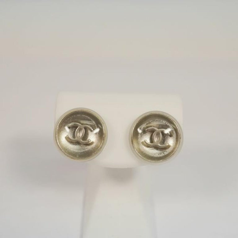 An authentic CHANEL coco mark round metal plastic Womens Earrings A11780Y02019 silver The outside material is metal/ plastic. This item is Contemporary. The year of manufacture would be 1986. Rank AB signs of wear (Small) Used goods in good