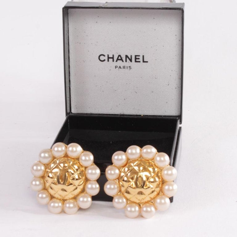 Great classic! Chanel Couture clip-on earrings, diameter 4..5, vintage, quilted and pearly pearls. In very good condition Dimensions: diameter 4.5 cm Will be delivered in their Chanel box