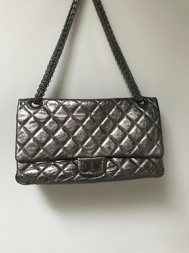 A great limited edition maxi Reissure double flap Chanel bag  in silver metallic-distressed leather and with thick silver chains. Double chain 62 cm, long with one chain 100 cm.  Many compartments inside, the Mona Lisa pocket on the back . Coms with