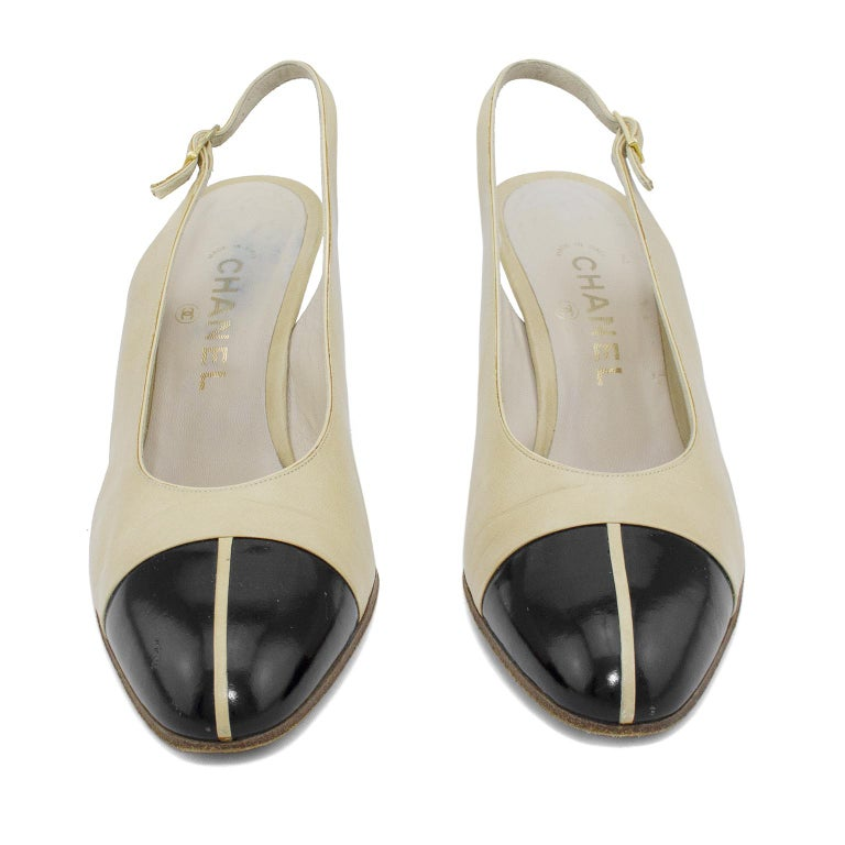 Chanel Early 1990s Beige and Black Slingbacks  In Good Condition For Sale In Toronto, Ontario