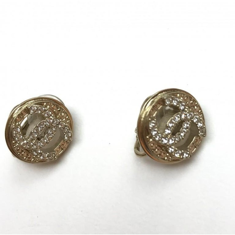 Never worn CHANEL iconic double C clips on earrings made of gilt metal with rhinestones. Stamp on the back Fall-Winter 2019, Made in France. The diameter of each earring is 1.5 cm. They will be delivered in a non original dustbag.