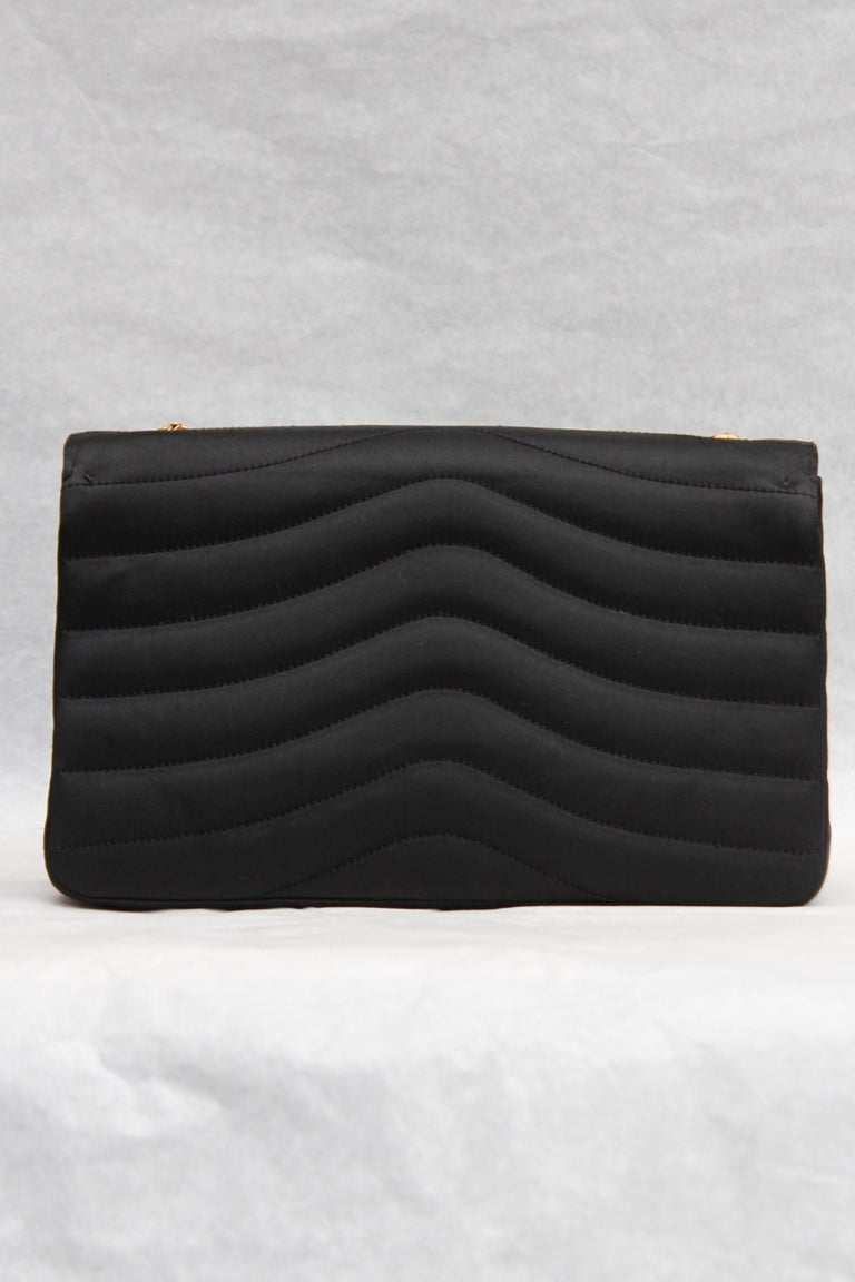 Chanel elegant evening jewel bag in black satin In Good Condition For Sale In Paris, FR