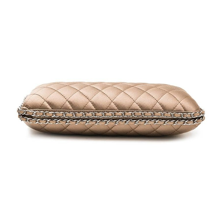 CHANEL Evening Clutch in Quilted Golden Beige Silk Satin In Excellent Condition For Sale In Paris, FR