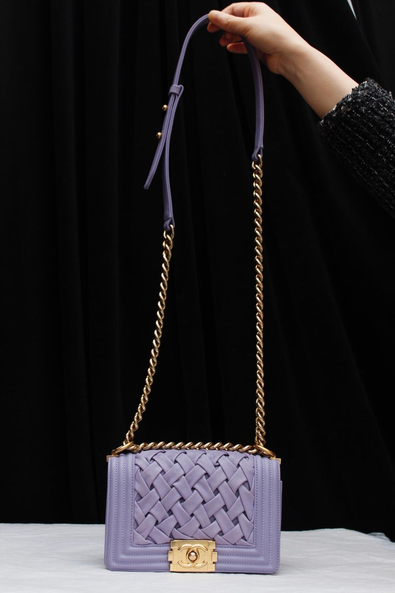 CHANEL (Made in France) Fabulous BOY bag in mauve lambskin. The flap is composed of woven leather strips. It can be worn over the shoulder or cross-body, thanks to a mate gilded metal chain with mauve leather strap. Gilded metal CC kiss lock. Sand