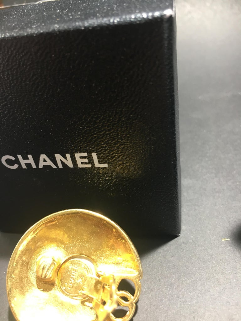 Chanel Gold And Mobe Pearl Earings With Signature Interlocking CC.  Great Scale. In Excellent Condition For Sale In Buchanan, MI
