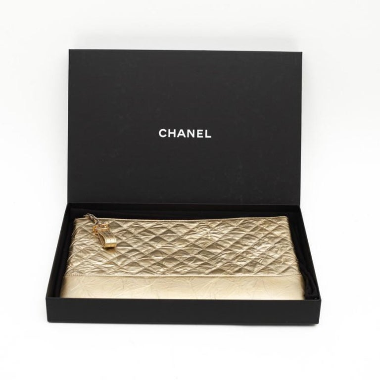 CHANEL Gold Clutch In Aged Leather In New Condition For Sale In Paris, FR