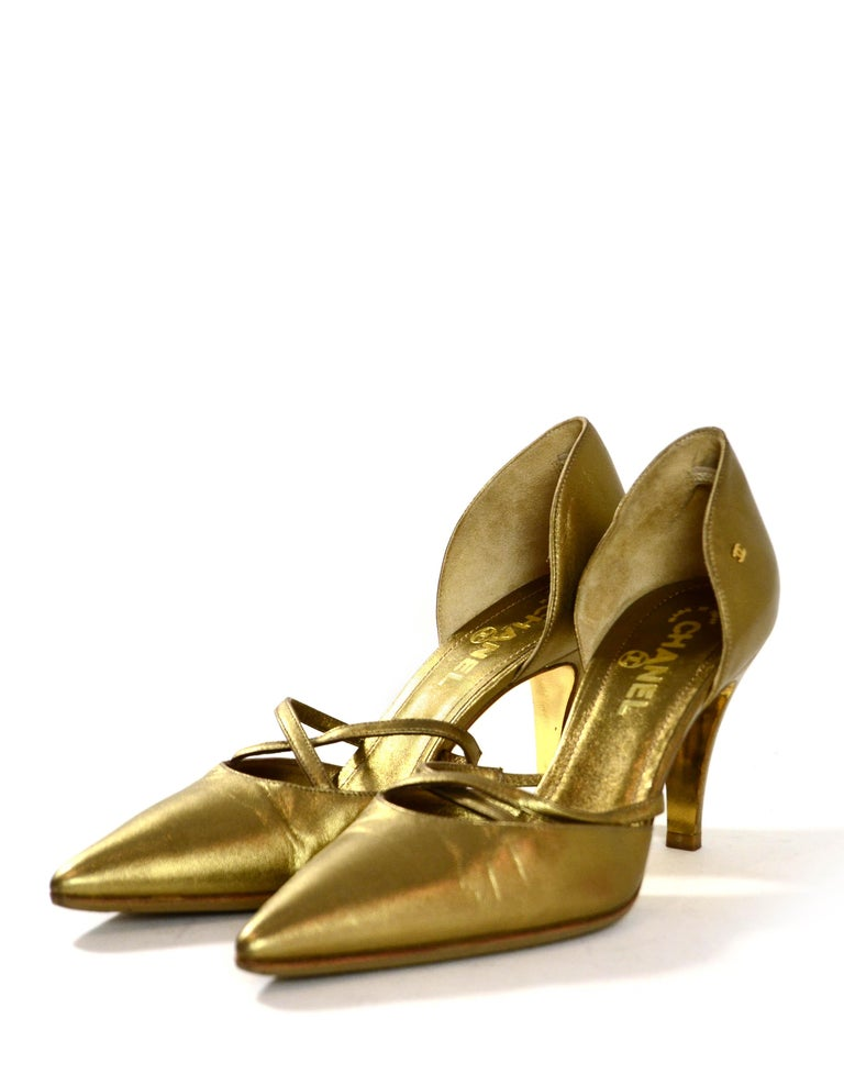 Chanel Gold Leather Pointy Toe Pumps sz 37.5 In Excellent Condition For Sale In New York, NY