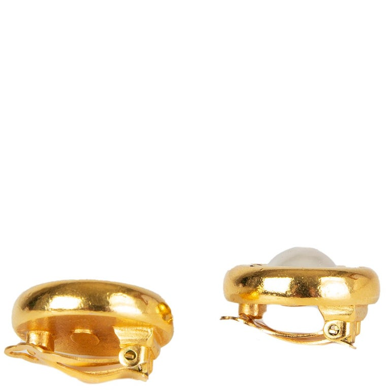 Chanel Vinatge peral clip earrings gold-plated. One pearl shows a bit wear on top. Overall in excellent vintage condition.   Width 2.5cm (1in) Height 2.5cm (1in) Depth 1cm (0.4in)