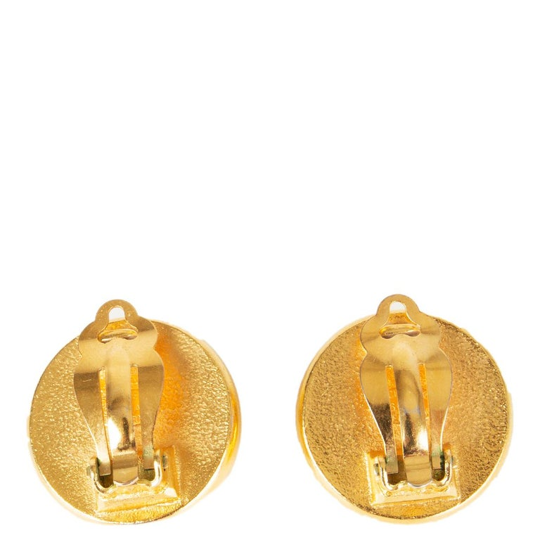 CHANEL gold tone & FAUX PEARL Earrings Earclips In Excellent Condition For Sale In Zürich, CH