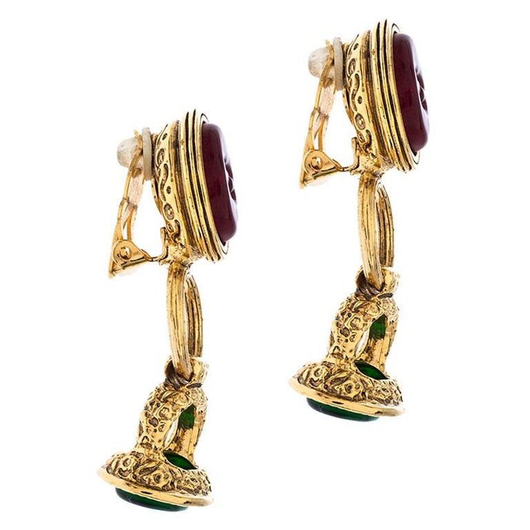 Chanel Gold Tone Red and Green Gripoix Stone Clip-on Earrings In Good Condition For Sale In Dubai, Al Qouz 2