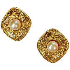 CHANEL Golden And Pearly Pearl Clips