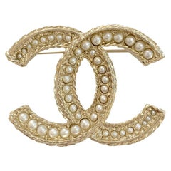 CHANEL Golden Brooch With Pearls