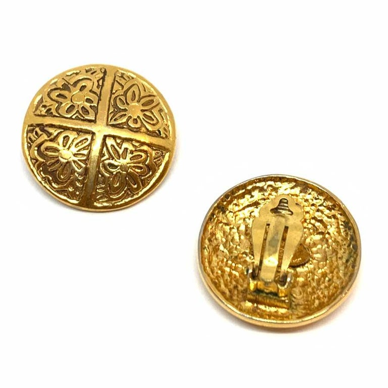 Discover here a pair of round and domed shape, in metal gilded with fine gold and on which we discover engraved flowers. The pair of clips is a vintage piece in a very good condition. Good conservation of gilding and no structural defect. The clips