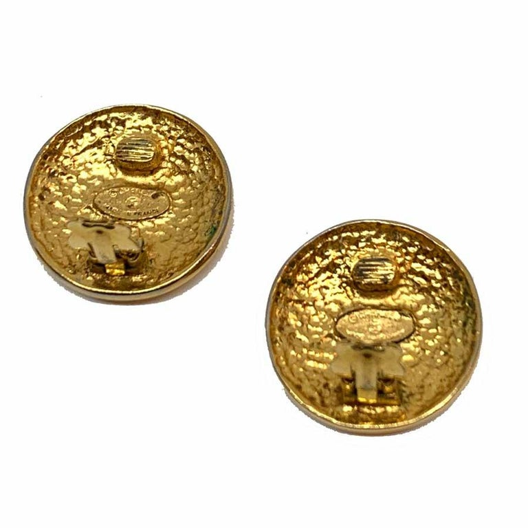 CHANEL Golden Round Clip On Earrings In Good Condition For Sale In Paris, FR