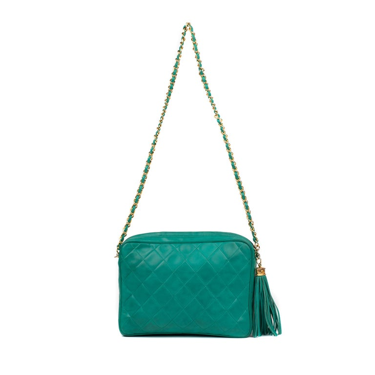 Lovely little Chanel bag in emerald green quilted lambskin   Handle chain shoulder strap, green lamb leather. emerald, Golden chain. Gray lambskin interior, 1 zipped pocket.  Signature: