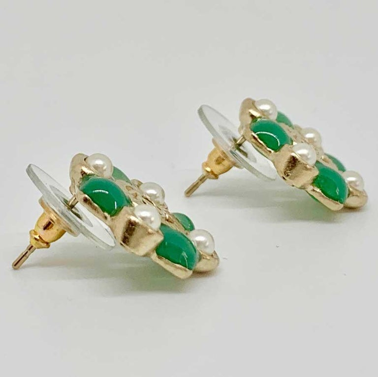 Lovely CHANEL earrings in gilded metal with fine gold. Very elegant. From the Fall / Winter 2016 Collection. A pretty golden CC embellishes the center of these Chanel earrings, then subtly decorated with pearls and filled with green glass paste
