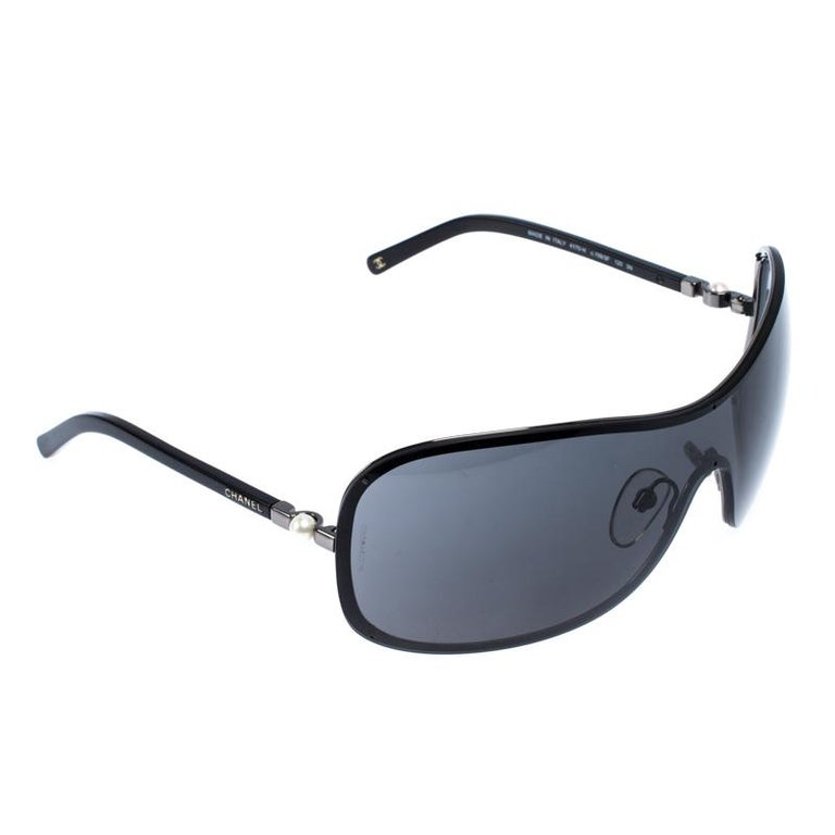 Chanel Gunmetal Tone/ Grey 4170-H Collection Perle Shield Sunglasses In Excellent Condition For Sale In Dubai, Al Qouz 2